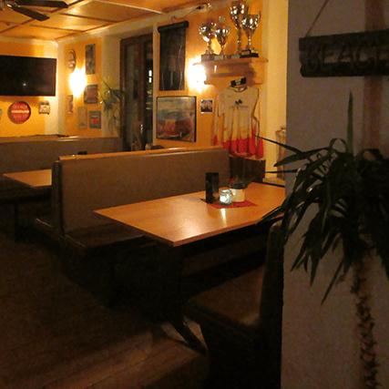 Raum mit Tischen und Bänken